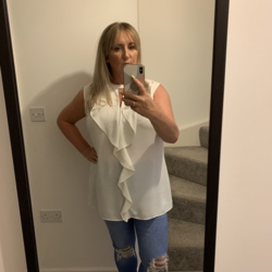 Lynzi is looking for singles for a date