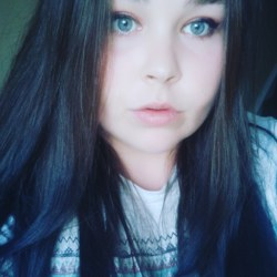 Karolina is looking for singles for a date