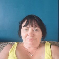 Maxine is looking for singles for a date