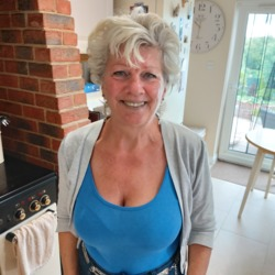 Grimsbylass is looking for singles for a date