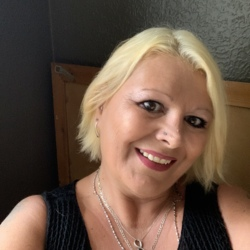 Lisa is looking for singles for a date